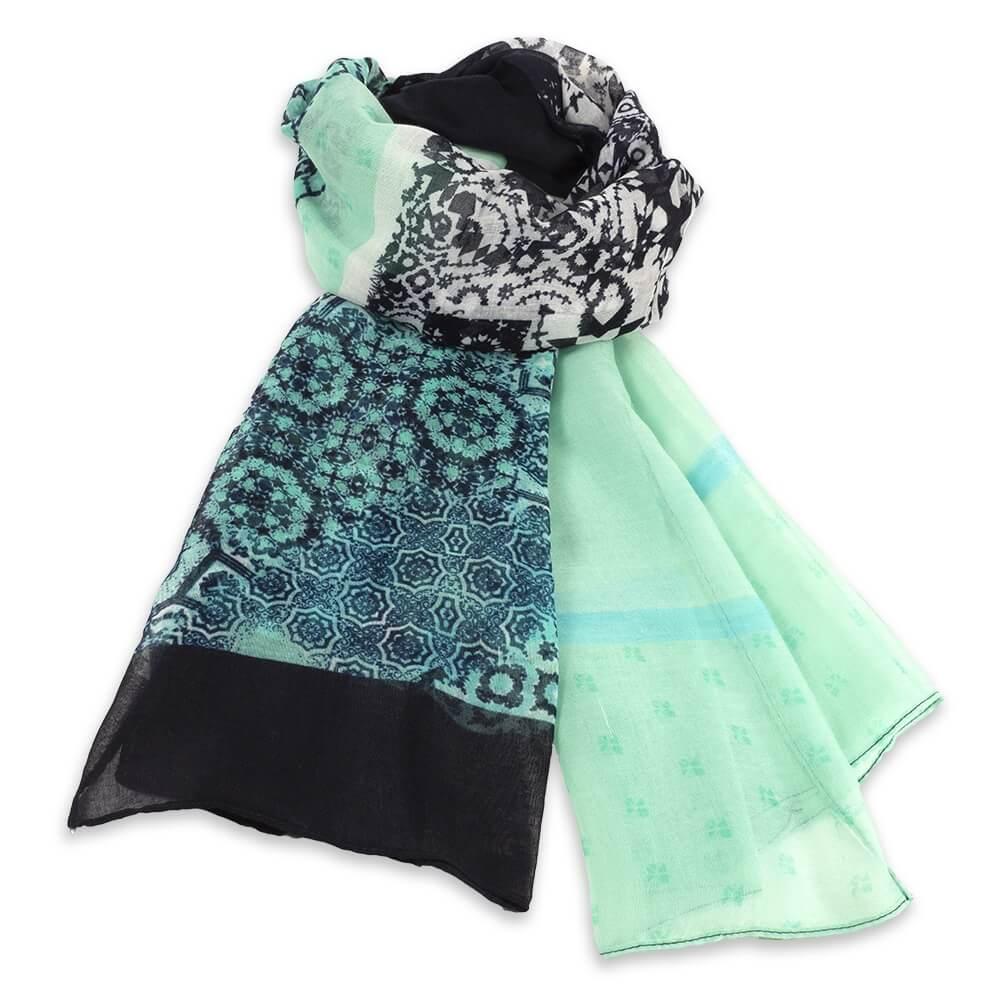 Schal in frischen Farben